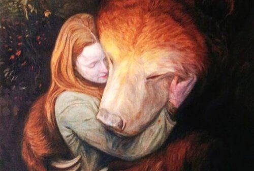 Abbraccio di ragazza con orso