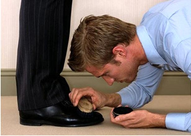 lecchino lustra le scarpe al capo