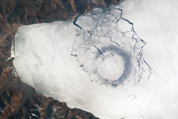 Misteriosa forma forma circolare sotto la superficie del Lago Baikal - Foto satellitare