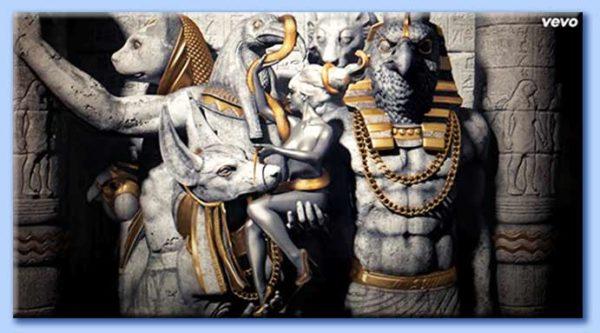 Katy-Patra nuda e circondata da diverse divinità egizie.