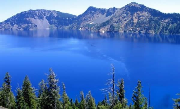 Il Lago Baikal circondato dalle montagne