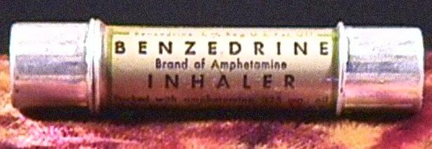 Un inalatore di Benzedrine, nome commerciale di un mix di anfetamine utilizzato dai piloti alleati durante la II Guerra Mondiale. Gli inglesi ne acquistarono 72 milioni di confezioni; gli statunitensi 250 milioni.