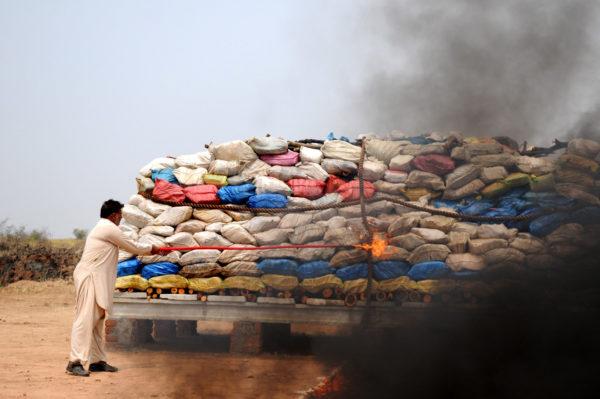 121 tonnellate di droga tra cui eroina, oppio, hashish e morfina bruciate in una città del Pakistan per simboleggiare la lotta al traffico di droga. Il legame tra guerre e stupefacenti è soprattutto economico: lo smercio illegale serve spesso a finanziare il traffico d'armi.
