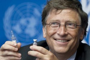 Bill Gates coon in mano fiale di vaccini