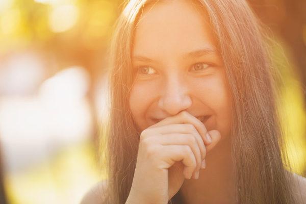 ragazza bella che sorride, bellezza naturale sorridente