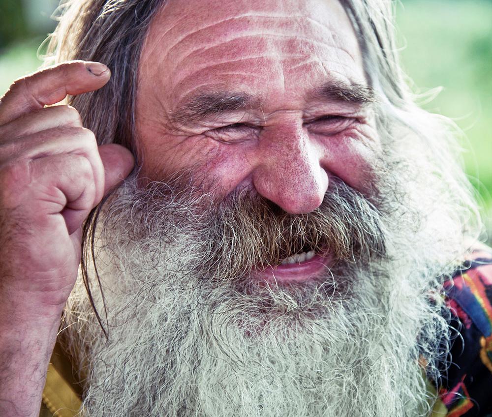 uomo simpatico con la barba che sorride, bellezza interiore