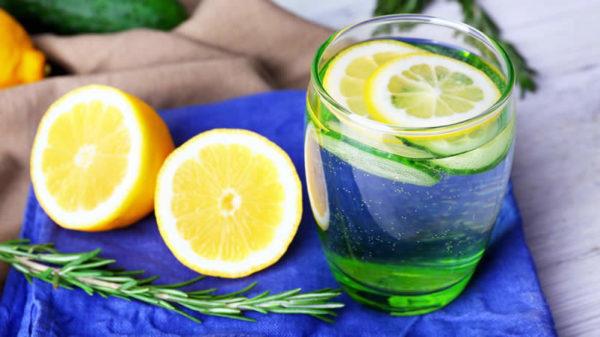Bere acqua e limone