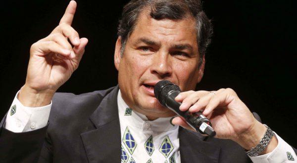 """<b>""""La supremazia dei popoli sul capitale, è questa la sfida del secolo"""". Intervento di Rafael Correa in Vaticano.</b>   Viviamo in un mondo che è ormai l'impero del capitale, la grande sfida del secolo è, quindi, quella di raggiungere la supremazia dei popoli sul capitale», così si è espresso Rafael Correa, presidente dell'Ecuador ed economista, in un discorso tenuto in Vaticano, dove leader cattolici, politici e accademici hanno discusso dei crescenti problemi del capitalismo e della disuguaglianza globale.  Nel corso del suo intervento imperniato sui cambiamenti politici avvenuti a"""
