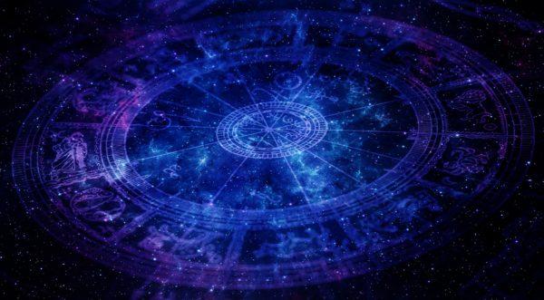 <b>Ogni essere vivente riceve, al momento della nascita, un'impronta astrale - caratterizzata dalle energie presenti in quel momento - che ne determina le caratteristiche di base, rendendo l'individuosensibile, nel corso della sua esistenza, alle energie affini, secondo il noto fenomeno dellarisonanza.</b> Dal punto di vista delle filosofie esoteriche, il momento della nascita non è casuale, ma avviene in funzione delle configurazioni astrali, se sono in accordo con il destino che noi stessi abbiamo determinato tramite ciò che abbiamo fatto nelle incarnazioni precedenti. In ultima