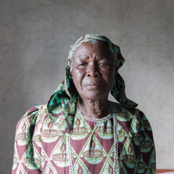 """<b>In Kenya, secondo un'antica tradizione, quando una donna resta vedova deve risposarsi con un parente del marito morto.</b>  Secondo un'inchiesta presentata all'Onu alla fine del 2015, in Kenya, due delle pratiche tradizionali più pericolose sono la """"pulizia della vedova"""" – cioè i rituali di """"purificazione"""" a cui deve sottoporsi una donna appena morto il marito – e """"l'eredità della vedova"""". Può accadere, cioè, che le vedove siano """"ereditate"""" dal fratello del marito, diventando la sua prima moglie o una delle sue spose, una tradizione diffusa in alcune zone"""
