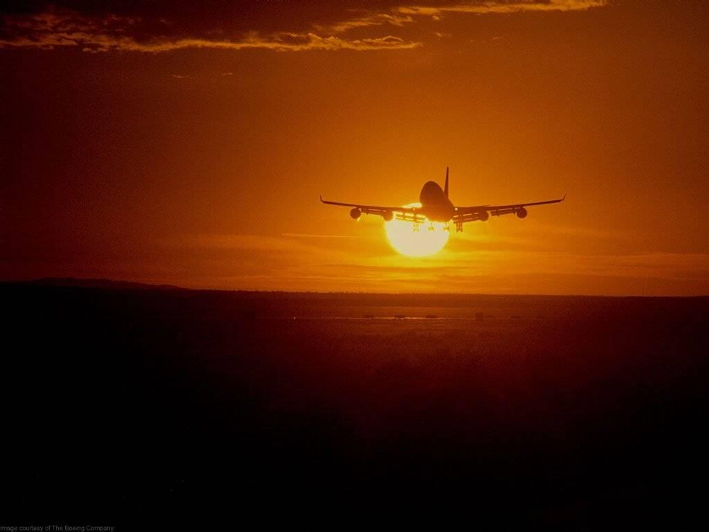 aereo decolla al tramonto