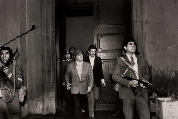 """<em>di Giorgio Cremaschi</em> <b>Il Cile di Pinochet fu la cavia cheservì a sperimentare le ricette e le dosi delle politiche liberiste, che poi dilagarono in tutto il mondo, e che oggi più che mai, confermano la loro natura intrinsecamente criminale.</b>   A Santiago del Cile, l'11 settembre 1973 (notate la data!), con un colpo di Stato le forze armate guidate da Augusto Pinochet rovesciano il governo socialista di Salvador Allende, che muore durante l'assedio al palazzo presidenziale, dopo aver gridato attraverso <em>Radio Magallane</em>s le sue ultime parole: <em>""""Viva il Cile! Viva il popolo! Viva i</em>"""