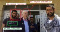Il senatore USA John McCain insieme a terroristi islamici, al quartier generale della cosiddetta opposizione moderata, sul confine siriano con la Turchia.