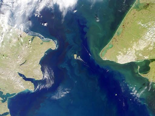 Lo stretto di Bering: a sinistra la Russia, a destra gli USA, al centro le isole Diomede.