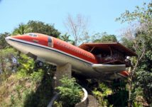 Infine tra gli hotel più bizzarri del mondo c'è l'Hotel Costa Verde, un Boeing 727 del 1965, ristrutturato e trasformato in un hotel appollaiato sui rami degli alberi della foresta pluviale in Costa Rica.