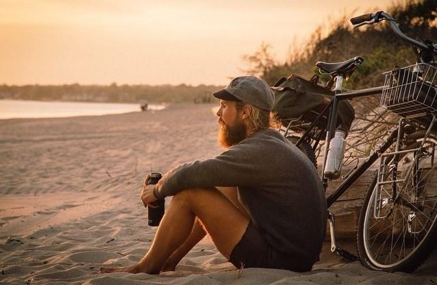 benedict bicicletta spaiggia mare tramonto birra