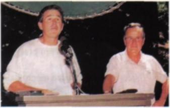Nella foto Bush pdre e figlio ad una delle riunioni tenute al Bohemian Grove