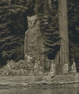 il gigantesco gufo-moloch nei boschi del Bohemian Grove