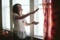 Aspersione di incenso per la pulizia energetica della casa