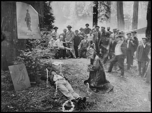 Nella foto uno dei riti esoterici di cremazione, praticati al Bohemian Grove