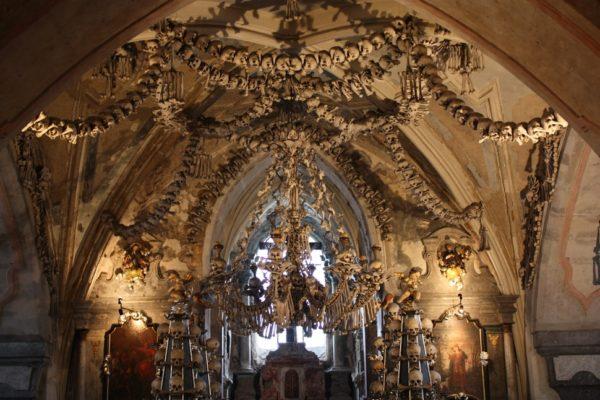 Ossario di Sedlec, Repubblica Ceca. L'interno della chiesa è costruito interamente con circa 40000 scheletri umani scomposti. E abbiamo detto tutto.