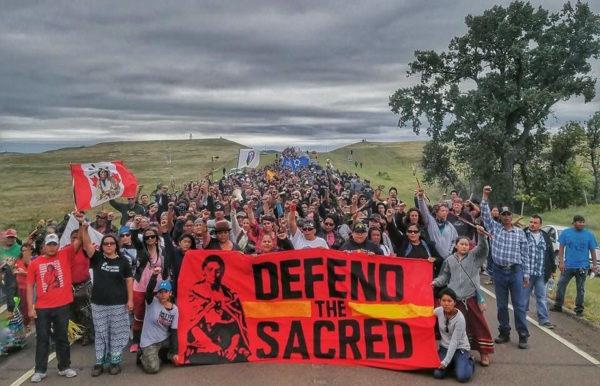 <em> di Marco Massignan</em> <b>Il progetto di costruzione di un oleodotto minaccia la nazione Lakota Sioux di Standing Rock, in North Dakota (USA), patria dei Lakota Hunkpapa, discendenti diretti di Toro Seduto.</b>     Si tratta anche della stessa genteche mi ha onorato concedendomidi partecipare alla Danza del Sole, la loro cerimonia più sacra.  Il DAPL (Dakota Access Pipeline) è un oleodotto che la compagnia petroliferaEnbridge intende costruire tra gli impianti di estrazione in North Dakota e Illinois. Il tragitto proposto per l'oleodotto, che trasporterebbe greggio attraverso quattro
