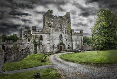 Castello di Leap, Irlanda. Qui i prigionieri venivano gettati da un'apertura nel pavimento in un buco della profondità di 200mt o venivano murati vivi. Secondo voi è infestato? Chiedetelo agli attuali proprietari.