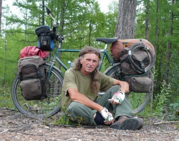 <b>Obes Grandini,uno dei più grandi cicloviaggiatori dei tempi moderni - nato 63 anni fa nei dintorni di Ferrara, la città delle biciclette - ha iniziato ad esplorare il mondo a pedali nel 1980 e da allora non è più riuscito a fermarsi, affrontando avventure incredibili e viaggi indimenticabili che ha poi raccontato nei suoi libri.</b>   Dal freddo nord alle lande desertiche d'Africa, dalla Siberia all'Alaska, Obes Grandini ha viaggiato in bici per tutto il mondo... Ecco una breve intervista.  D: Hai vissuto una vita sui pedali, chi o che cosa ti ha ispirato?  Il desiderio di