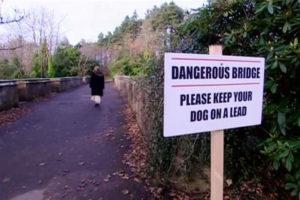 Cartello pericolo per cani a Overtoun Bridge, Scozia