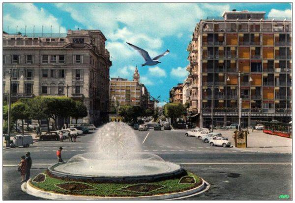 Pescara anni '70 - Piazza con fontana