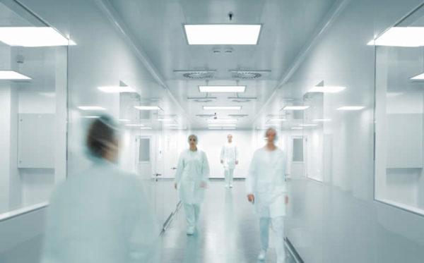 <em>di Marcello Pamio</em> <b>Ce ne siamo già occupati altre volte in passato: gli errori medici sono la terza causa di morte nel mondo Occidentale, dopo le malattie cardiovascolari e il cancro.</b> Quello che esce da un recente studio pubblicato dal British Medical Journal ha però dell'incredibile: l'errore medico non è incluso nei certificati medici e nelle statistiche riguardanti le cause di morte! Questo significa una sola cosa: i numeri delle morti che noi tutti conosciamo sono sottostimati. Quindi le cause iatrogene potrebbero risalire il podio diventando la seconda o addirittura la prima