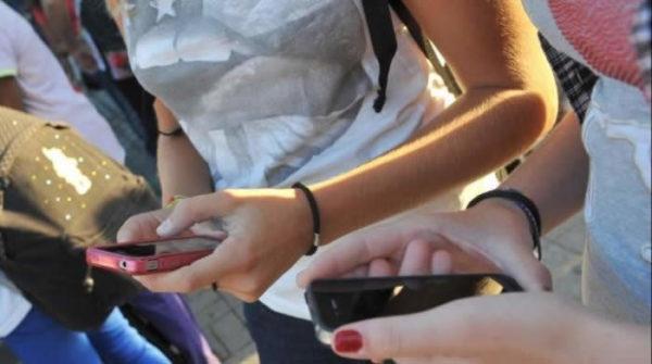 Adolescenti con cellulare