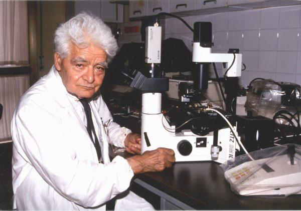 Il Prof. Luigi Di Bella nel suo laboratorio - 1998