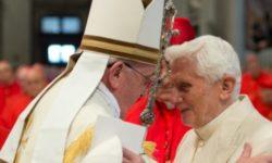 Bergoglio che fissa Ratzinger negli occhi