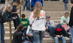 Adolescenti con cellulari