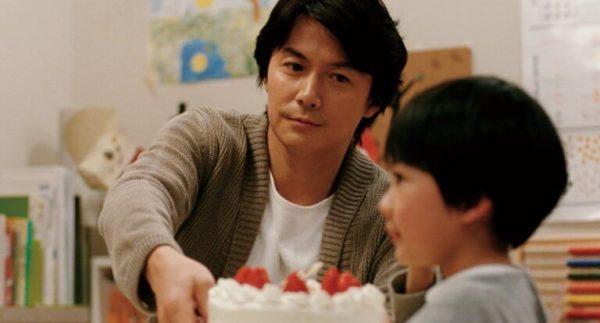 Papà dà la torta al figlio