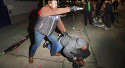 Poliziotto sotto copertura tira fuori la pistola e minaccia la folla