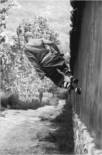 Monaci Shaolin camminano sui muri