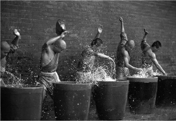 Monaci Shaolin con l'acqua