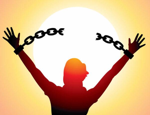 <b>I mediocri, alias gli schiavi inconsapevoli di essere tali, avversano con tutte le forze e non perdonano i loro pari risvegliati che, alla luce di questa nuova e per loro incomprensibile condizione, operano scelte che riflettono amore e rispetto per sé stessi e per gli altri.</b> Costoro rifiutano di piegarsi ancora a regole di falsa morale, dietro cui masse di umani anestetizzati e ignoranti di sé, continuano a nascondersi per giustificare le proprie aberrazioni e intime brutture. Chi ha il coraggio di cambiare vita, rinunciando a restare nella zona comfort, affrontando le proprie paure, la propria oscurità, assumendosi i rischi che ciò comporta, attraversando lunghi e bui tunnel di dolore e disperazione, ma tenendo sempre lo sguardo puntato alla luce in fondo, è tacciato di egoismo