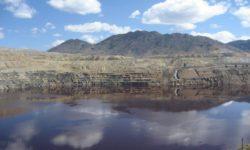 """Due specie di funghi che sopravvivono nell'ambiente estremo del Berkeley Pit, una miniera di rame abbandonata vicino a Butte, nel Montana (USA), hanno """"collaborato"""", in laboratorio, a produrre un composto dalle naturali proprietà antibiotiche."""