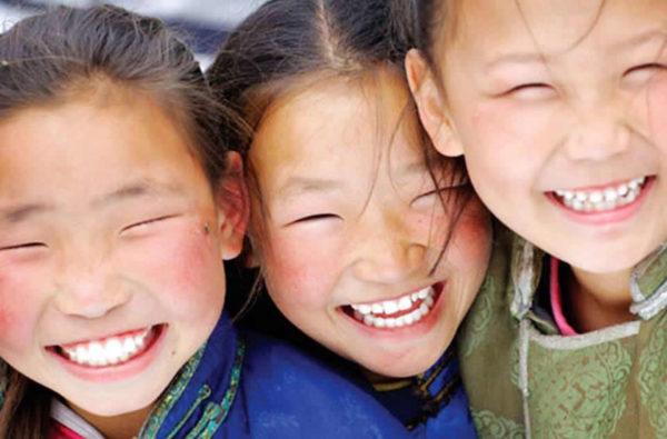 <b>Morbillo in Mongolia: per l'OMS il paese è free dal 2014. Eppure negli ultimi 2 anni si sono verificati 50.000 casi con il 99% di copertura. Qualcosa non torna?</b>Sembra uno scherzo ma non è così. Nel 2014 la Mongolia è stata dichiarata <em>morbillo-free</em> dall''OMS, con grandi feste e celebrazioni nel paese. Il riconoscimento arriva dopo 3 anni in cui non si sono verificati casi di malattia. Tutto bellissimo, morbillo sconfitto, 99% di copertura vaccinale.«È uno dei più bei giorni della mia vita – ha dichiarato Ulziidelger Unenbat, operatrice vaccinale da più di vent'anni. Non ho mai smesso di spiegare ai genitori l'importanza di vaccinare i propri figli. E vivo questo successo della Mongolia contro il morbillo, anche come una vittoria personale»
