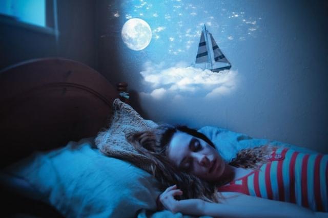 <em>di Enrico Galimberti</em> <b>Da sempre il sonno, inteso come totale perdita di contatto con la realtà che ci circonda, ed il sogno, come stato psicofisiologico ad esso collegato, hanno affascinato l'uomo. Nei tempi antichi si riteneva per lo più che i sogni avessero carattere soprannaturale, mentre l'idea della loro origine occulta dominava il pensiero del Medioevo.</b> Gli uomini di scienza del secolo scorso tuttavia negavano in genere ai sogni qualsiasi importanza o significato. Loiriconducevano infatti a fortuiti eccitamenti del sistema nervoso centrale durante il sonno, cosicché era vano chiedersi cosa significassero. L'avvento della psicanalisi porta definitivamente alla luce l'importanza e la complessità del sogno, ponendolo sia come fisiologica necessità vitale per l'uomo, sia come sua insostituibile chiave d'interpretazione psichica