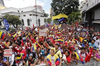 Il parlamento venezuelano circondato da una folla di sostenitori della Costituente