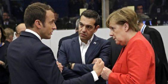 Il premier greco Alexis Tsipras con il presidente francese Emmanuel Macron e la cancelliera tedesca Angela Merkel