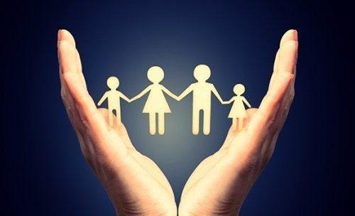 Mani che contengono una famiglia