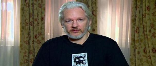 Julian Assange con le spalle al muro