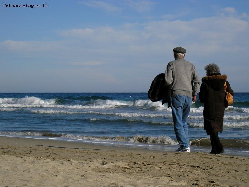https://www.fotoantologia.it/foto-3517/passeggiata_sulla_spiaggia.jpg