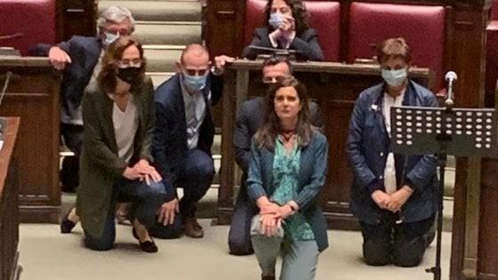 Morte Floyd, Boldrini si inginocchia in Aula durante la seduta. Le ...
