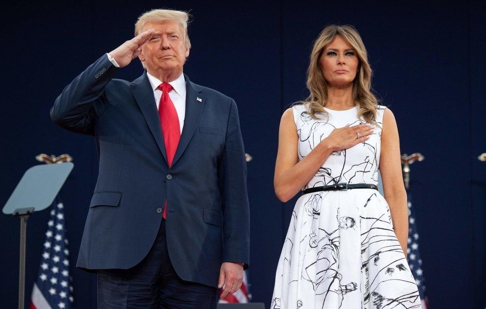 Melania Trump, l'abito firmato non convince i social: «Donald lo ...